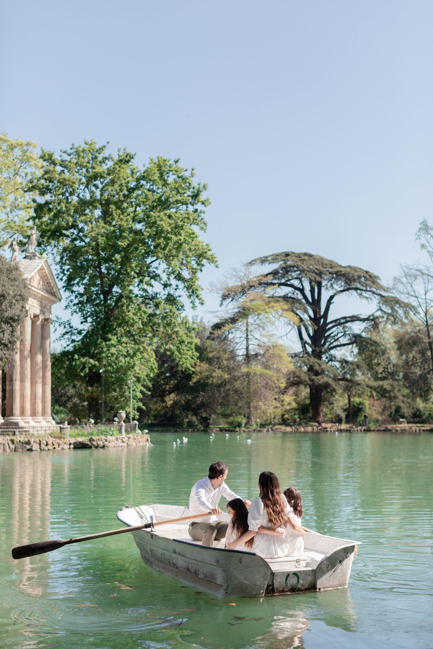 Remando sul laghetto di Villa Borghese